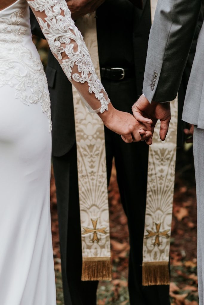 How to find the perfect wedding officiant in 4 easy steps