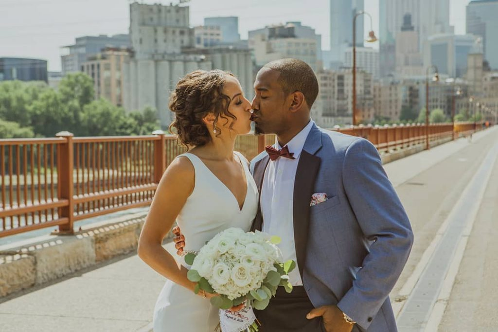 Wedding photo trend: City skyline