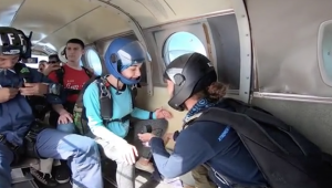 Man proposes 10 000 feet in the air while skydiving
