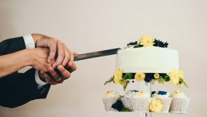 Yellow wedding cakes to bring cheer to your big day